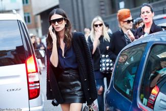 Dunkelblaue Bluse mit Knöpfen kombinieren: trends 2020: Eine dunkelblaue Bluse mit Knöpfen und ein schwarzer Leder Minirock sind Casual-Basics, die sich gut kombinieren lassen.