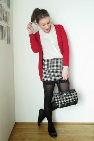 Rote Strickjacke kombinieren – 65 Damen Outfits: Eine rote Strickjacke und ein schwarzer und weißer Minirock mit Schottenmuster garantieren einen gelassenen, glamurösen Stil von früh bis spät. Suchen Sie nach leichtem Schuhwerk? Vervollständigen Sie Ihr Outfit mit schwarzen Leder Ballerinas für den Tag.