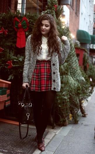 Braune Leder Slipper kombinieren: trends 2020: Tragen Sie eine graue Strick Strickjacke und einen roten Skaterrock mit Schottenmuster, um einen entspannten aber glamurösen Look zu erreichen. Fügen Sie braunen Leder Slipper für ein unmittelbares Style-Upgrade zu Ihrem Look hinzu.