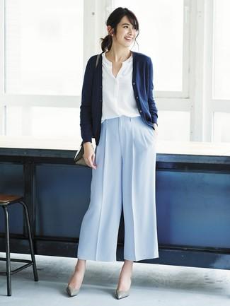 Wie kombinieren: dunkelblaue Strickjacke, weiße Bluse mit Knöpfen, hellblaue weite Hose, graue Leder Pumps