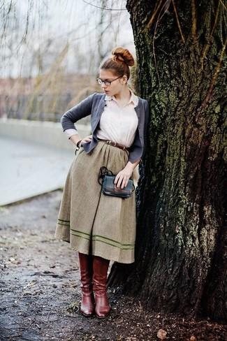 graue Strickjacke, weißes Businesshemd, olivgrüner ausgestellter Rock, dunkelrote kniehohe Stiefel aus Leder für Damen