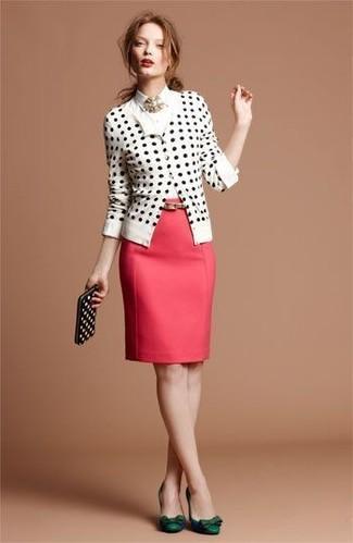 weiße und schwarze gepunktete Strickjacke, weißes Businesshemd, roter Bleistiftrock, dunkelgrüne Leder Pumps für Damen