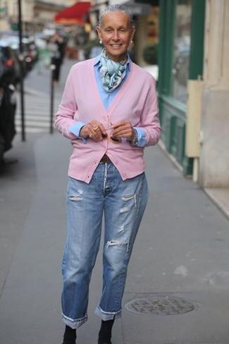 Wie kombinieren: rosa Strickjacke, hellblaues Businesshemd, hellblaue Boyfriend Jeans mit Destroyed-Effekten, schwarze elastische Stiefeletten