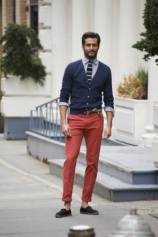 Dunkelblaue und weiße Strick Krawatte kombinieren: trends 2020: Vereinigen Sie eine dunkelblaue Strickjacke mit einer dunkelblauen und weißen Strick Krawatte für einen stilvollen, eleganten Look. Fühlen Sie sich ideenreich? Vervollständigen Sie Ihr Outfit mit dunkelblauen Segeltuch Espadrilles.