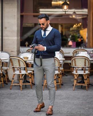Weiße und schwarze Chinohose mit Vichy-Muster kombinieren: trends 2020: Vereinigen Sie eine dunkelblaue Strickjacke mit einer weißen und schwarzen Chinohose mit Vichy-Muster für ein großartiges Wochenend-Outfit. Fühlen Sie sich ideenreich? Entscheiden Sie sich für braunen Doppelmonks aus Leder.