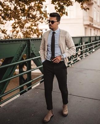 Weißes und blaues vertikal gestreiftes Businesshemd kombinieren – 500+ Herren Outfits: Kombinieren Sie ein weißes und blaues vertikal gestreiftes Businesshemd mit einer schwarzen Chinohose, um einen modischen Freizeitlook zu kreieren. Entscheiden Sie sich für beige Chelsea Boots aus Wildleder, um Ihr Modebewusstsein zu zeigen.