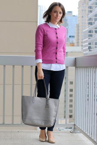 fuchsia Strickjacke, weißes Businesshemd, dunkelblaue enge Jeans, beige Leder Pumps für Damen