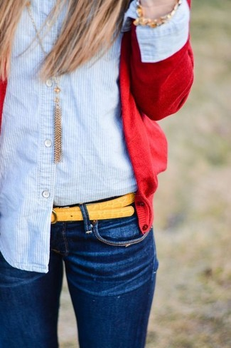 Wie kombinieren: rote Strickjacke, hellblaues vertikal gestreiftes Businesshemd, dunkelblaue enge Jeans, gelber Ledergürtel