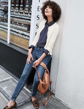 Wie kombinieren: weiße Strickjacke, dunkelblaues Businesshemd, dunkelblaue enge Jeans, braune Wildleder Slipper mit Quasten mit Leopardenmuster