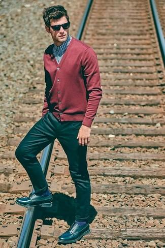 Wie kombinieren: rote Strickjacke, blaues Businesshemd mit Vichy-Muster, schwarze Jeans, schwarze Leder Derby Schuhe