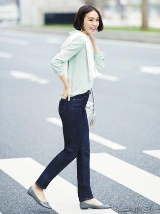 bf77b99deafb Wie kombinieren  weiße Strickjacke, mintgrünes Businesshemd, dunkelblaue  Jeans, graue Leder Ballerinas