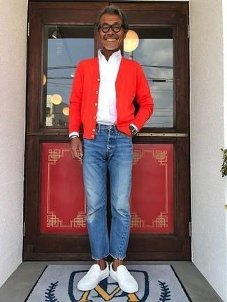 Wie kombinieren: rote Strickjacke, weißes Businesshemd, blaue Jeans, weiße Slip-On Sneakers aus Leder
