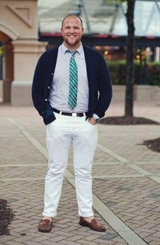 Herren Outfits & Modetrends 2020: Erwägen Sie das Tragen von einer dunkelblauen Strickjacke und weißen Jeans, um mühelos alles zu meistern, was auch immer der Tag bringen mag. Fühlen Sie sich ideenreich? Ergänzen Sie Ihr Outfit mit braunen Leder Slippern.