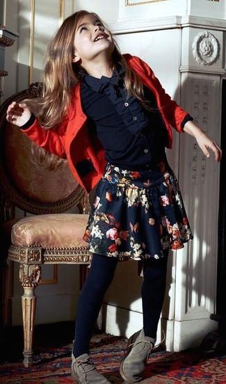 Wie kombinieren: rote Strickjacke, dunkelblaues Businesshemd, dunkelblauer Rock mit Blumenmuster, graue Chukka-Stiefel