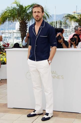 Ryan Gosling trägt Dunkelblaue Strickjacke, Weiße Anzughose, Weiße und schwarze Leder Oxford Schuhe, Braune Lederuhr