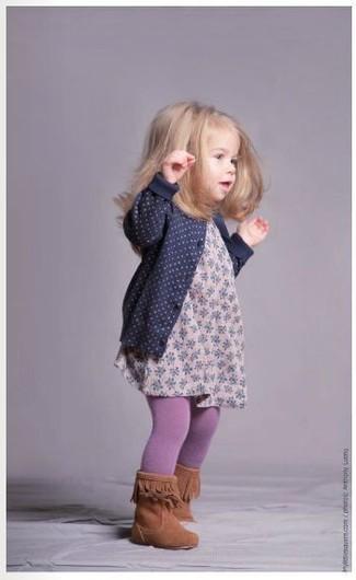Wie kombinieren: dunkelblaue Strickjacke, rosa Kleid mit Blumenmuster, rotbraune Stiefel, hellviolette Strumpfhose
