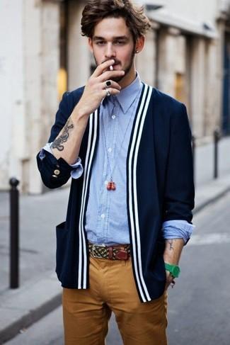 Wie kombinieren: dunkelblaue Strickjacke, hellblaues Langarmhemd mit Vichy-Muster, rotbraune Chinohose, grüne Uhr