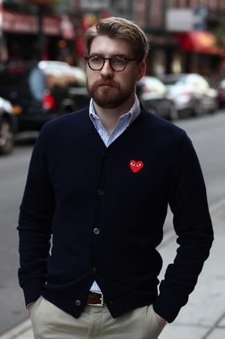 Wie kombinieren: dunkelblaue Strickjacke, weißes und blaues vertikal gestreiftes Langarmhemd, graue Chinohose, dunkelbrauner Ledergürtel