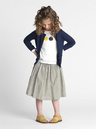 Wie kombinieren: dunkelblaue Strickjacke, weißes bedrucktes Langarmshirt, grauer Rock, gelbe Sandalen