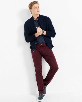 Wie kombinieren: dunkelblaue Strick Strickjacke, dunkelblaues T-Shirt mit einem Rundhalsausschnitt, dunkelrote Chinohose, dunkelblaue Slip-On Sneakers aus Leder