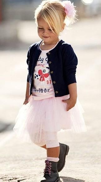 Wie kombinieren: dunkelblaue Strickjacke, rosa bedrucktes T-shirt, rosa Rock, schwarze Stiefel
