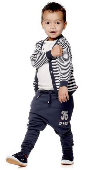 Wie kombinieren: dunkelblaue horizontal gestreifte Strickjacke, weißes T-shirt, dunkelblaue Jogginghose, schwarze Turnschuhe