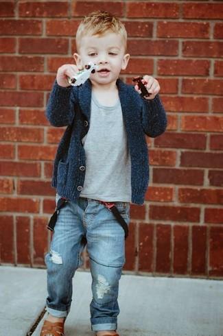Wie kombinieren: dunkelgraue Strickjacke, graues T-shirt, blaue Jeans, braune Sandalen