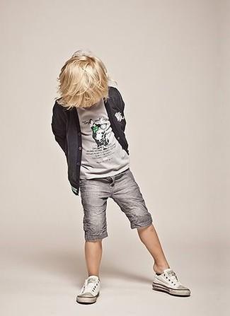 Wie kombinieren: dunkelgraue Strickjacke, graues T-shirt, graue Shorts, weiße Turnschuhe