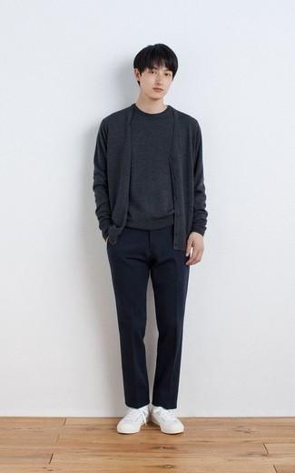 Dunkelgraue Strickjacke kombinieren – 384 Herren Outfits: Kombinieren Sie eine dunkelgraue Strickjacke mit einer dunkelblauen Anzughose, um vor Klasse und Perfektion zu strotzen. Suchen Sie nach leichtem Schuhwerk? Komplettieren Sie Ihr Outfit mit weißen Segeltuch niedrigen Sneakers für den Tag.