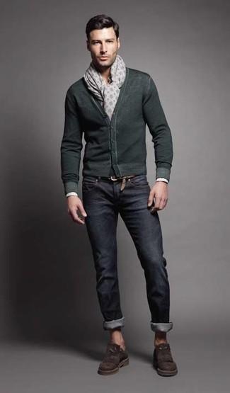 Wie kombinieren: dunkelgrüne Strickjacke, dunkelblaue Jeans, dunkelbraune Wildleder Slipper, grauer bedruckter Schal