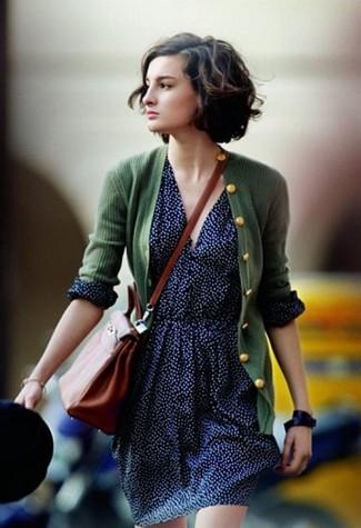 Wie kombinieren: dunkelgrüne Strickjacke, dunkelblauer gepunkteter Skaterrock, rotbraune Leder Umhängetasche, schwarze Leder Uhr
