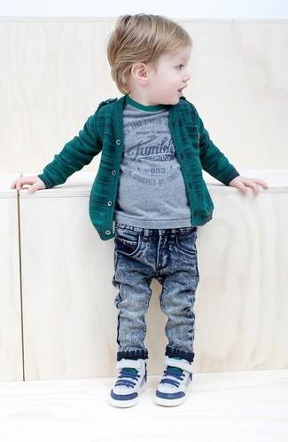 Wie kombinieren: dunkelgrüne Strickjacke, graues T-shirt, blaue Jeans, weiße Turnschuhe