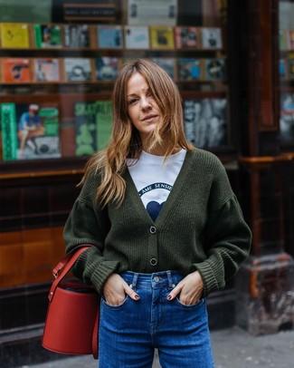 Wie kombinieren: dunkelgrüne Strick Strickjacke, weißes und blaues bedrucktes T-Shirt mit einem Rundhalsausschnitt, blaue Jeans, rote Leder Beuteltasche