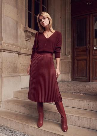 Dunkelrote kniehohe Stiefel aus Leder kombinieren – 23 Damen Outfits: Entscheiden Sie sich für eine dunkelrote Strickjacke und einen dunkelroten Midirock mit Falten, um ein müheloses Outfit zu erreichen. Dunkelrote kniehohe Stiefel aus Leder fügen sich nahtlos in einer Vielzahl von Outfits ein.