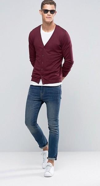 Weiße Leder niedrige Sneakers kombinieren: trends 2020: Kombinieren Sie eine dunkelrote Strickjacke mit blauen Jeans, um mühelos alles zu meistern, was auch immer der Tag bringen mag. Warum kombinieren Sie Ihr Outfit für einen legereren Auftritt nicht mal mit weißen Leder niedrigen Sneakers?