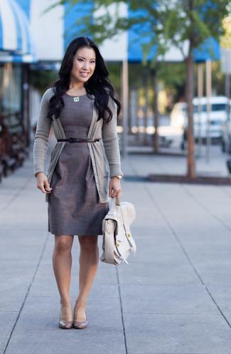 graue Strickjacke, graues Etuikleid, graue Leder Pumps, hellbeige Satchel-Tasche aus Leder für Damen