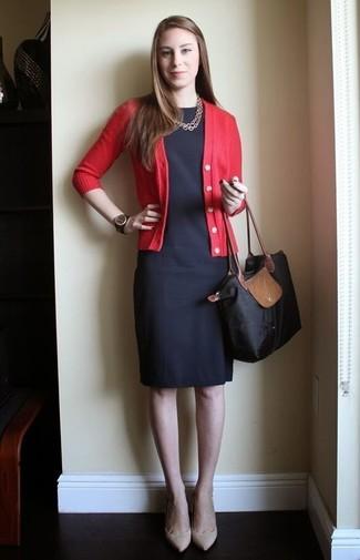 Wie kombinieren: rote Strickjacke, schwarzes Etuikleid, hellbeige Leder Pumps, schwarze Shopper Tasche aus Segeltuch