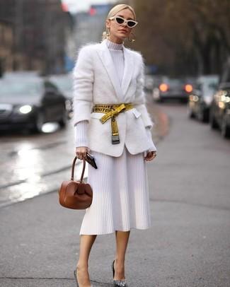 Wie kombinieren: weiße Mohair Strickjacke, weißes Strick Etuikleid, silberne Paillette Pumps, braune Leder Clutch