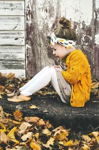 Wie kombinieren: gelbe Strickjacke, hellbeige Kleid, goldene Oxford Schuhe, weiße Strumpfhose