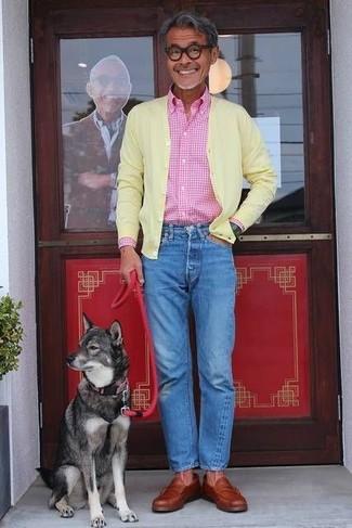 Wie kombinieren: gelbe Strickjacke, rosa Langarmhemd mit Vichy-Muster, blaue Jeans, rotbraune Leder Slipper
