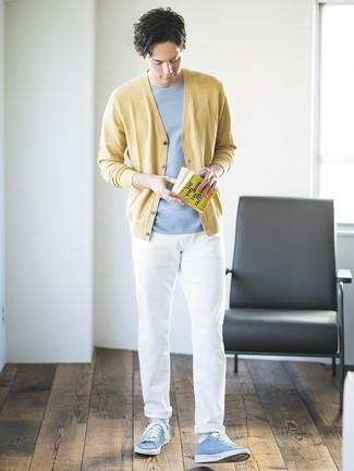 Wie kombinieren: gelbe Strickjacke, hellblaues T-Shirt mit einem Rundhalsausschnitt, weiße Chinohose, hellblaue niedrige Sneakers