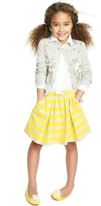 Wie kombinieren: graue verzierte Strickjacke, weißes Businesshemd, gelber horizontal gestreifter Rock, gelbe Ballerinas