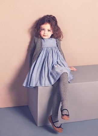 Wie kombinieren: graue Strickjacke, hellblaues Leinen Kleid, braune Ballerinas, graue Strumpfhose