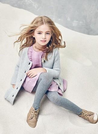 Wie kombinieren: graue Strickjacke, rosa Kleid, beige Chukka-Stiefel, graue Strumpfhose