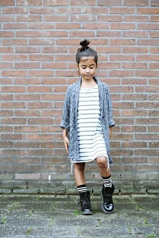 Wie kombinieren: graue Strickjacke mit Leopardenmuster, weißes horizontal gestreiftes Kleid, schwarze Stiefel aus Leder, weiße und schwarze horizontal gestreifte Socke
