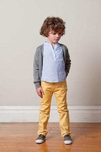 Wie kombinieren: graue Strickjacke, hellblaues Langarmshirt, gelbe Jeans, dunkelbraune Turnschuhe