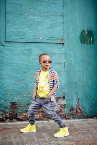 Wie kombinieren: graue Strickjacke, gelbes bedrucktes T-shirt, graue Jeans, gelbe Turnschuhe