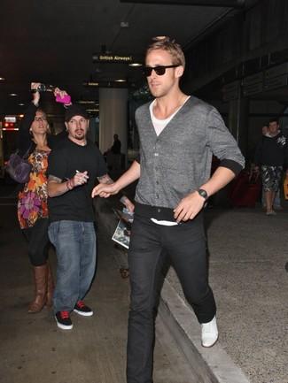 Ryan Gosling trägt Graue Strickjacke, Weißes T-Shirt mit Rundhalsausschnitt, Schwarze Jeans, Weiße Leinenschuhe