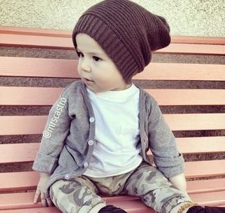 Wie kombinieren: graue Strickjacke, weißes T-shirt, graue Jogginghose, dunkelbraune Mütze
