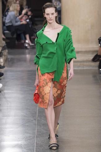 grüne Strickjacke, orange Bleistiftrock mit Blumenmuster, braune Leder Pumps, orange Leder Clutch für Damen